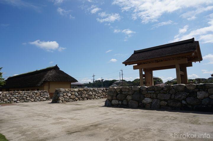 復元された中門と長屋