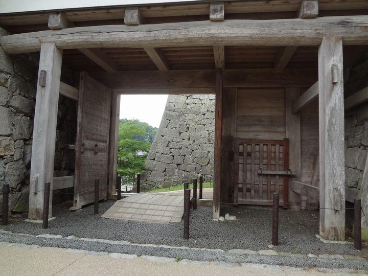 箕輪門の先に多聞櫓の石垣