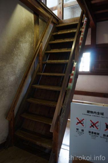 さらに急な階段
