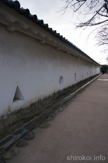 西の丸城壁の狭間