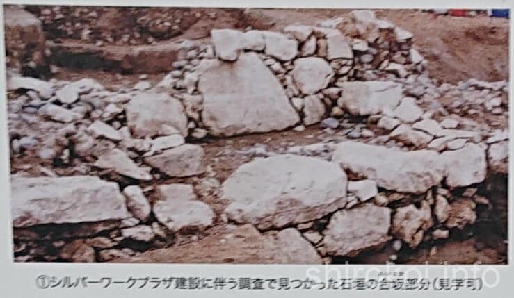 麦島城 二ノ丸 石垣の合坂部分(案内板より)