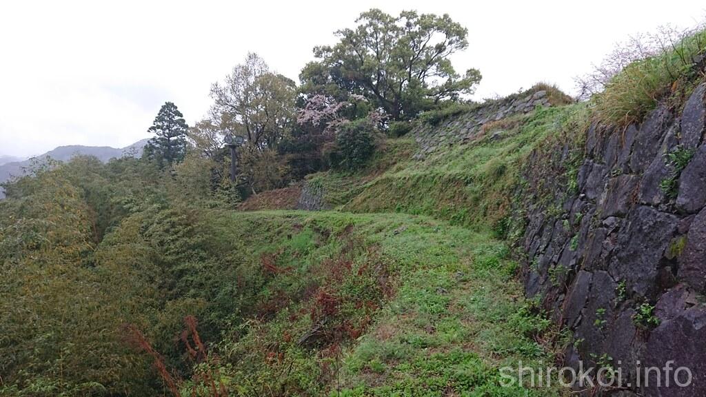 佐敷城 前方に三の丸の石垣