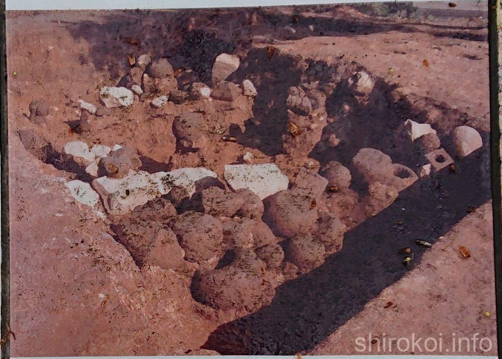宇土古城 堀に投げ込まれた大量の石塔
